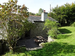 BLACKSMITH BARN, Peaceful Dartmoor cottage with wood burning stove. Tavistock 4