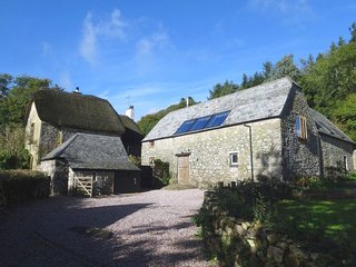 THE HAYLOFT, beautiful Dartmoor cottage with spectacular views and acres of