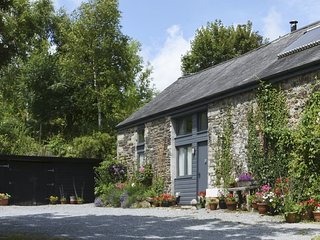 THE STONE BARN COTTAGE, comfortable cottage with wood burning stove in pretty Da