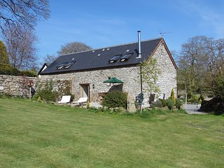 BUTTERDON BARN, Fabulous detached cottage with hot tub, and views to Dartmoor. C
