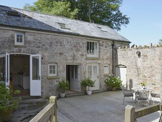 BUTTERBROOK COACH HOUSE, restful cottage with wood burning stove in forty acres