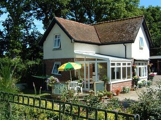 DIAL HOUSE COTTAGE, comfortable cottage on the edge of popular Dartmoor town. Ch
