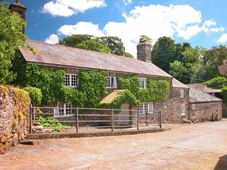 THE FARMHOUSE, super farmhouse on the edge of Dartmoor. Outdoor swimming pool