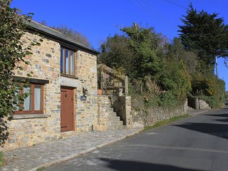 LOT COTTAGE,  sweet little cottage in popular Dartmoor village. In Lydford.