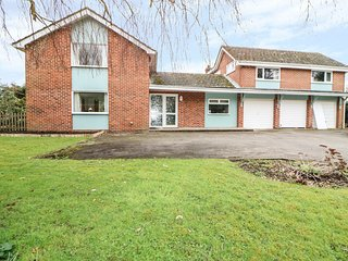 SAPELE, large garden, Chichester 2 miles, excellent location, Ref 971565