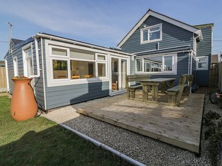 HOME TO ROOST, beach nearby, dog-friendly, en-suite, Ref 955613