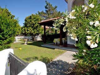 Villetta d'angolo con ampio giardino e posto auto interno