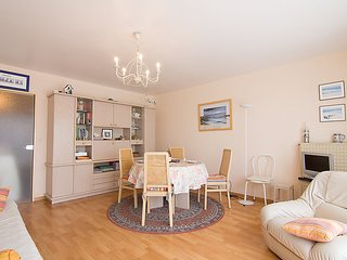 2 bedroom Apartment with WiFi and Walk to Beach & Shops - 5027948