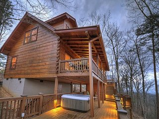 Lake View at it's Finest! 3 bedroom, 2 bath cabin, Hot Tub, Wifi.
