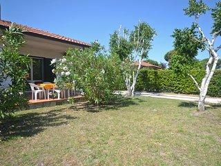 Villa Club ristrutturata al piano terra con ampio giardino angolare e posto auto