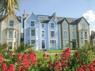 SEA VIEW APARTMENT, beach across road, sea views from most rooms, WiFi, in Llanf