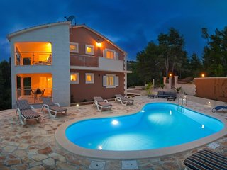 Beachfront apartment in villa with pool, Korcula
