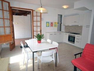 Villetta ristrutturata con 2 camere, giardino con patio e posto auto privato
