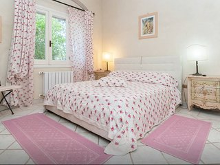 A bedroom inside a villa close to the sea, 10 mins from Poetto beach