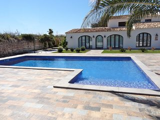 11 bedroom Villa with Pool, WiFi and Walk to Shops - 5238082