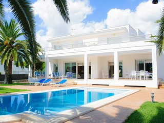 4 bedroom Villa with Air Con, WiFi and Walk to Beach & Shops - 5585441
