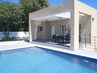 2 bedroom Villa with Pool, Air Con, WiFi and Walk to Shops - 5238080