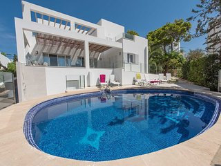 3 bedroom Villa with Air Con, WiFi and Walk to Beach & Shops - 5585416