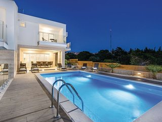 Villa Star 1. centrally located ap. with a pool