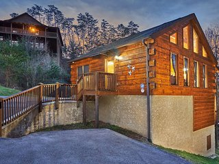 Newly Renovated Log Cabin, 3MIN from the Strip, Sleep 7, Hot Tub, Game Room.