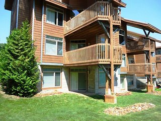 Slopeside condo in Cedar River -walk to River bistro and golf
