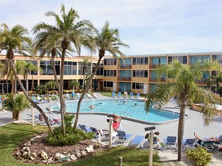 CASSIC UNIT FOR 5 GUESTS! PRIVATE BEACH, LARGE POOL, TIKI-BAR, LAUNDRY FACILITY!