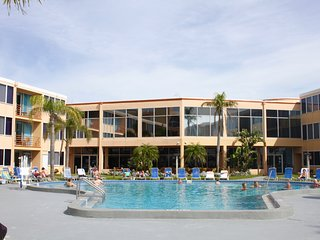 4 x POOL/GULF VIEW UNITS FOR 16 GUESTS! PRIVATE BEACH, LARGE POOL, TIKI-BAR!