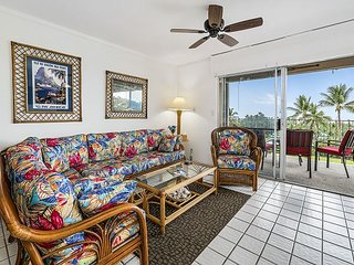 Keauhou Akahi 210- Top floor spacious condo that sleeps 4! Large ocean view!!