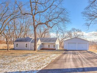 Beautiful ranch on 1 acre land, 2 miles from the stadiums