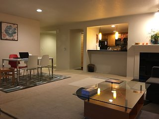 2 bedroom/2 bathroom apartment in Bellevue downtown 市中心两室全家具公寓