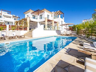 Modern VILLA PORTO, in heart of Coral Bay, 2 min from beach, Hot Tub Heated Pool
