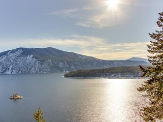 Beautiful, lakefront condo w/ mountain views - year-round, outdoor activities!