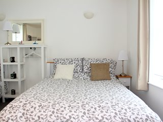 Fantastic Fun Spacious Studio Flat in central Bath - sleeps 6