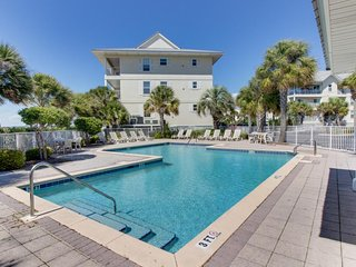 Dog-friendly condo with a shared pool - walk to dining and beaches!