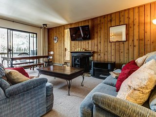 Mountainview condo with a balcony, shared sauna & hot tub, great ski access