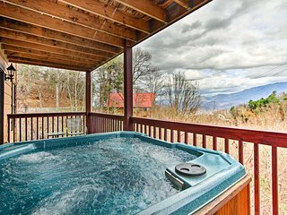 Gatlinburg Cabin w/Pool Table, Hot Tub & Mtn Views