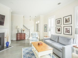 Stay Local in Savannah: Large Family Home, Steps from Fountain at Forsyth!