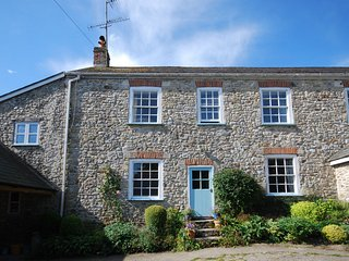 HIGHH Cottage situated in Lyme Regis (2mls NW)