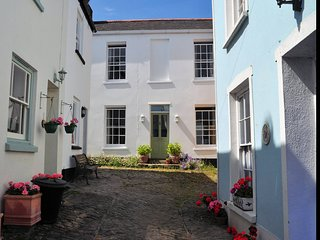 ANHOU Cottage situated in Appledore