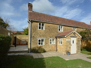 51722 Cottage situated in Martock (1ml SW)
