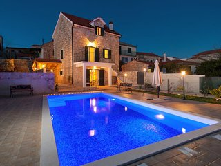 Traditional stone villa with pool near Maslinica, Solta