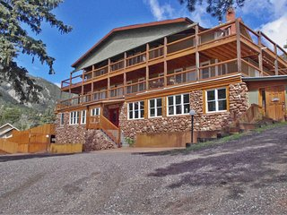 Refurbished Historic Green Mountain Falls Lodge – 9 Bedrooms, 8 bathrooms