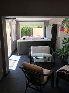 jacuzzi vue sur la terrasse par porte fenêtre