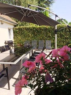Gite côté jardin : terrasse  table extérieur 12 places et barbecue