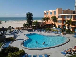 RIGHT ON THE BEACH, UNIT FOR 4, LARGE POOL AND TIKI BAR