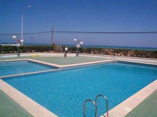 Apartamentos en primera linea de mar con piscina. Ideal para familias. Ref. EURO