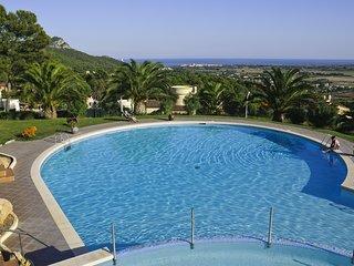 Tranquilos apartamentos con terraza y preciosa piscina. Ideal famílias.