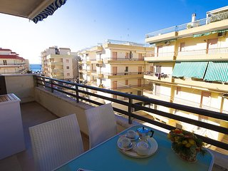 1 bedroom Apartment with Air Con and Walk to Beach & Shops - 5038568