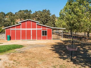 Wine Country Retreat -- Luxury Pool, Spa, Volleyball, Bocce, & More