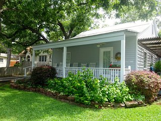 Quaint Cozy Cottage, Walking Distance to Downtown